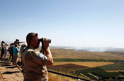 UNDOF solders at the Israeli-Syrian border watching the battles in Quneitra (Photo: Reuters)