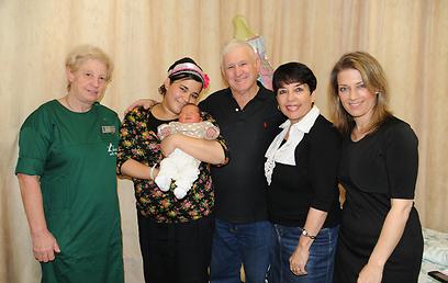 """משמאל לימין: המיילדת רחל אלברשטט, האם המאושרת אוראל עם בתה התינוקת, הסב המאושר, הסבתא ואחת מדודותיה של היולדת שאף היא נולדה וילדה בביה""""ח לניאדו (צילום: רוחי וקסמן)"""