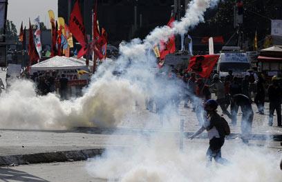בכל רחבי העיר מריחים את הגז המדמיע. איסטנבול (צילום: EPA) (צילום: EPA)