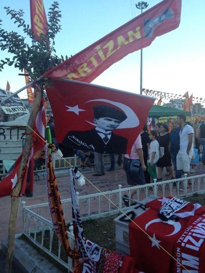 תמונותיו על הדגלים בכיכר מזכירות שמדובר בקרב על אופיה של המדינה. אטאטורק (צילום: רועי ירושלמי) (צילום: רועי ירושלמי)