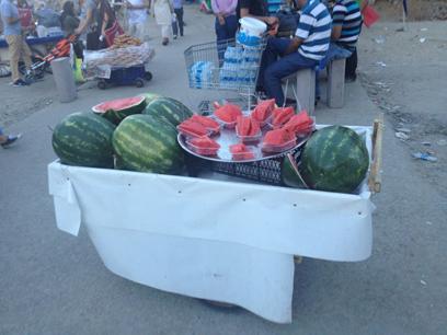 לא רק מקום להיפים ולממכר מזון. דוכן אבטיחים בכיכר טקסים (צילום: רועי ירושלמי) (צילום: רועי ירושלמי)
