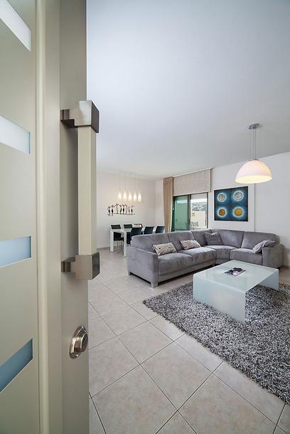 הוחלפה דלת הכניסה וכיוון הספה הוחלף כדי ליצור נקודת מבט עם הנכנסים לבית (צילום: archiphoto.co.il) (צילום: archiphoto.co.il)
