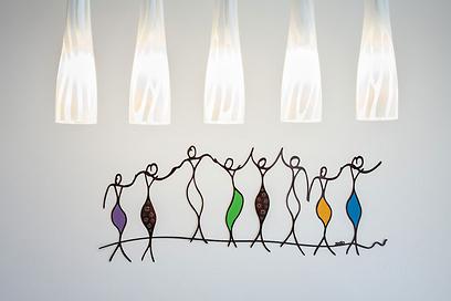 פינת האוכל קושטה באלמנט פיסולי של נשים רוקדות (צילום: archiphoto.co.il) (צילום: archiphoto.co.il)