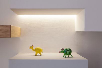 תאורה נסתרת מגדירה את קיר הטלוויזיה ועוזרת להליט את האלמנטים הדקורטיביים (צילום: archiphoto.co.il) (צילום: archiphoto.co.il)