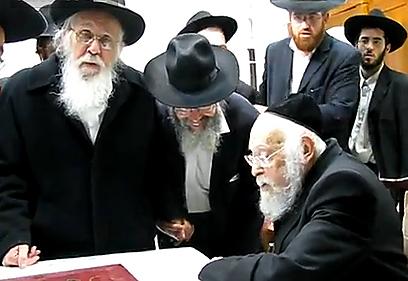"""מנהיגים. הרב נויבירט (משמאל) והרב אלישיב ז""""ל ()"""
