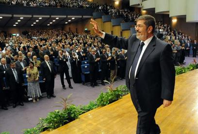 """""""שאריות המשטר הישן שילמו לבריונים לתקוף את תומכיי"""". מורסי (צילום: AFP, EGYPTIAN PRESIDENCY) (צילום: AFP, EGYPTIAN PRESIDENCY)"""