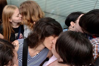 """מחאת הנשיקות. """"באתי לתמוך בזכות לאהוב את מי שאתה רוצה"""" (צילום: AFP) (צילום: AFP)"""