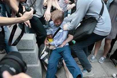 עימותים בצהריים ליד הפרלמנט הרוסי (צילום: AP) (צילום: AP)