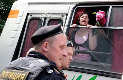 """פעילה שהפגינה נגד החוק הפוגע בלהט""""בים (צילום: AP) (צילום: AP)"""