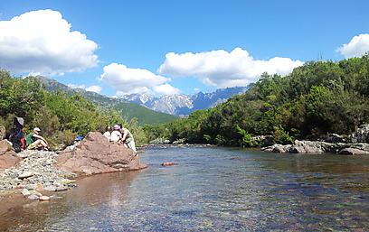 לא משנה לאן, פשוט צאו אל הטבע הקורסיקאי. נהר פאנגו (צילום: זיו ריינשטיין) (צילום: זיו ריינשטיין)
