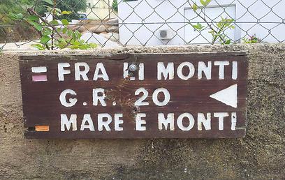 מכאן זה מתחיל. שלט הכוונה לטרק GR20 בקלנזאנה (צילום: זיו ריינשטיין) (צילום: זיו ריינשטיין)
