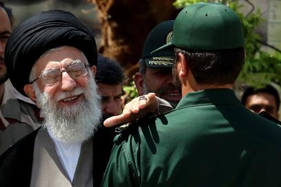 צפה את בחירתו של רוחאני? חמינאי מעניק דרגה לאיש משמרות המהפכה (צילום: AP) (צילום: AP)