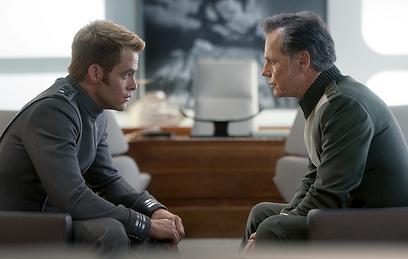 בין שני קפטנים. ברוס גרינווד וקפטן קירק (צילום: מתוך הסרט) (צילום: מתוך הסרט)
