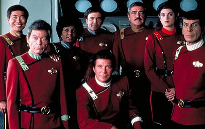 """צוות """"מסע בין כוכבים"""". טוב לנו בבית ()"""