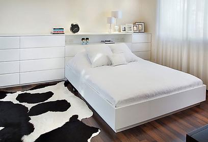 המיטה כאילו צפה באוויר (צילום: יעל האן ודפנה לוי) (צילום: יעל האן ודפנה לוי)
