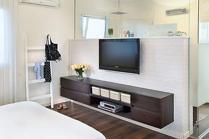 הקיר שמפריד בין חדר השינה למקלחת (צילום: יעל האן ודפנה לוי) (צילום: יעל האן ודפנה לוי)