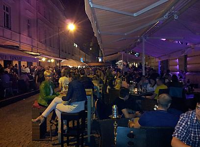 """במקבץ של פאבים, בתי קפה ומסעדות. מרכז הבילויים """"נווי סוויאט""""  (צילום: נעם גיל) (צילום: נעם גיל)"""