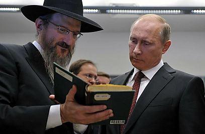 """""""הספרים הללו חוזרים לעם היהודי, ואנחנו נותנים לכם אותם מכל הלב"""". פוטין מתעמק בתורת החסידות (צילום: מאיר אלפסי) (צילום: מאיר אלפסי)"""