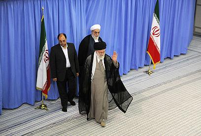 חמינאי מצביע. המנצח הוא העם האיראני (צילום: FP PHOTO / HO / KHAMENEI.IR)
