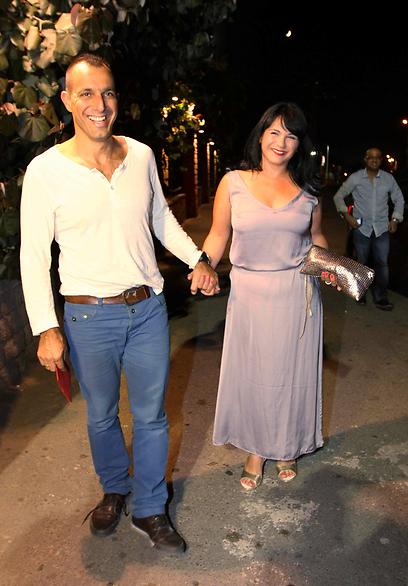 התייצבו יד ביד. רותם אבוהב ובעלה (צילום: עידו ארז) (צילום: עידו ארז)