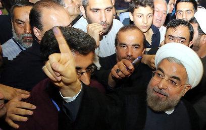 רוחאני לאחר ההצבעה. פתח וסיים את נאום הניצחון בערבית (צילום: EPA)