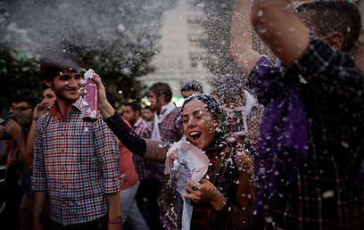 תומכי רוחאני חוגגים ברחובות טהרן (צילום: AFP) (צילום: AFP)
