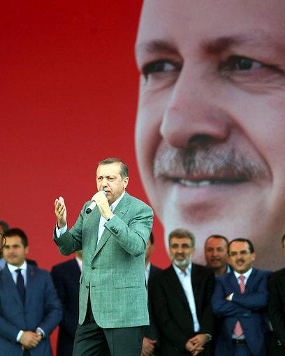 ארדואן נואם בפני תומכיו. גם סוזן סרנדון לא יצאה נקייה (צילום: AFP)