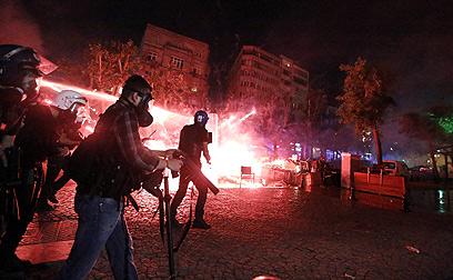 אחד הפינויים האלימים של המפגינים באיסטנבול (צילום: EPA)