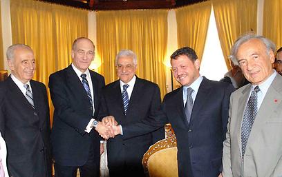 """עם אלי ויזל, המלך עבדאללה, אבו מאזן ואולמרט בפטרה (צילום: משה מילנר, לע""""מ) (צילום: משה מילנר, לע"""