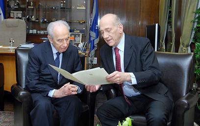 """אהוד אולמרט מגיש לנשיא פרס את מכתב ההתפטרות (צילום: אבי אוחיון, לע""""מ) (צילום: אבי אוחיון, לע"""