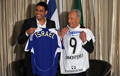 עם רונאלדו הברזילאי (צילום: AFP) (צילום: AFP)