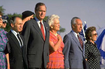 """עם ברברה וג'ורג' בוש האב (צילום: סער יעקב, לע""""מ) (צילום: סער יעקב, לע"""