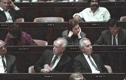"""לא חברים. פרס ורבין בכנסת, 1990 (צילום: נתן אלפרט, לע""""מ) (צילום: נתן אלפרט, לע"""