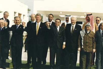 עם יאסר ערפאת, בוריס ילצין, ביל קלינטון והמלך חוסיין (צילום: אפי שריר) (צילום: אפי שריר)