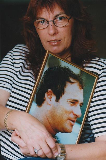 אשתו של רפי ליבנה עם תמונתו. צלל, חלה בסרטן ונפטר (צילום: אלדד רפאלי) (צילום: אלדד רפאלי)