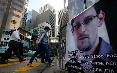 בהונג קונג ובסין מגלים אהדה כלפי המדליף האמריקני. כרזה של סנואודן (צילום: AP) (צילום: AP)