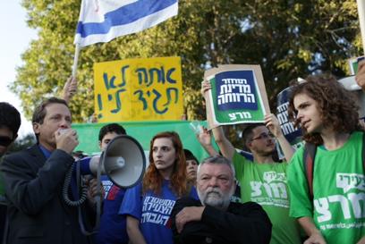 ההפגנה נגד הגזירות, אתמול (צילום: אוהד צויגנברג) (צילום: אוהד צויגנברג)