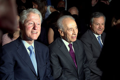 Clinton (L) and Peres in Rehovot (Photo: Amir Levy)