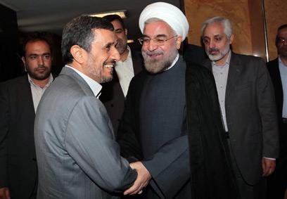 אחמדינג'אד עם מחליפו רוחאני. העימות עם חמינאי עלה לו ביוקר (צילום: AFP PHOTO / HO / IRANIAN PRESIDENCY WEBSITE) (צילום: AFP PHOTO / HO / IRANIAN PRESIDENCY WEBSITE)