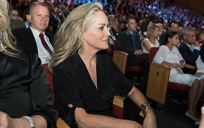 החליפה נשיקות עם פרס. שרון סטון בקהל (צילום: עומר מירון) (צילום: עומר מירון)
