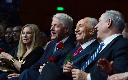 """נתניהו, פרס, קלינטון, סטרייסנד ונשיא רואנדה פול קגמה (צילום: קובי גדעון, לע""""מ) (צילום: קובי גדעון, לע"""