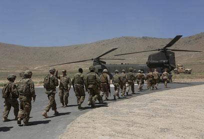 """חיילי נאט""""ו באפגניסטן. עדיין מתבוססים בבוץ (צילום: רויטרס) (צילום: רויטרס)"""