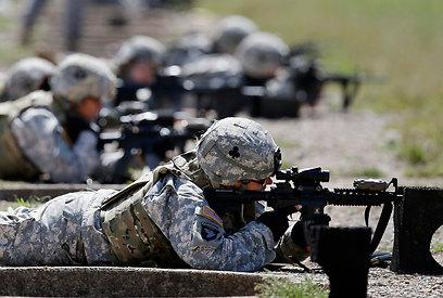 כל תפקידי הלחימה ייפתחו בפניהן. חיילות אמריקניות באימון (צילום: AP) (צילום: AP)