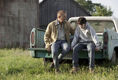 סופרמן הילד עם אבא קווין קוסטנר. לפעמים זה מרגש, לרגע (צילום: מתוך הסרט) (צילום: מתוך הסרט)