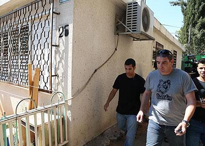 שוטרים בבית אימו של עד המדינה הנמלט (צילום: מוטי קמחי) (צילום: מוטי קמחי)