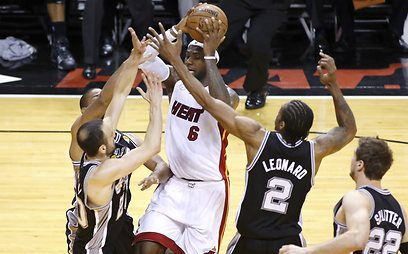 לברון נאבק בהגנה במשחק (צילום: רויטרס) (צילום: רויטרס)