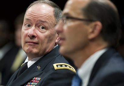 """בארה""""ב עדיין לא נרגעו מחשיפת תוכנית הציתותים הגדולה. בתמונה: ראש סוכנות ה-NSA קית' אלכסנדר (משמאל) וסגן ראש ה-FBI שון ג'ויס בוועדת המודיעין של הסנאט (צילום: AFP) (צילום: AFP)"""