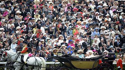 המוני בריטים מריעים למלכה אליזבת ה-2, לבנה צ'רלס ולרעייתו קמילה, שהגיעו לצפות ביום הראשון של מרוץ הסוסים המסורתי בברקשייר, רויאל אסקוט (צילום: AFP) (צילום: AFP)