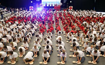 600 תלמידים לרפואת חירום בעיר לינגן בגרמניה ניסו לשבור את שיא העולם למספר אנשים שמבצעים החייאה בבובות (צילום: AFP) (צילום: AFP)