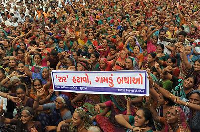 כ-5,000 איכרים הודים הפגינו בעיר גנדינגאר שבמדינת גוג'אראט במחאה על החלטת הממשלה להשקיע בפיתוח האזור על חשבון השטחים החקלאיים (צילום: AFP) (צילום: AFP)